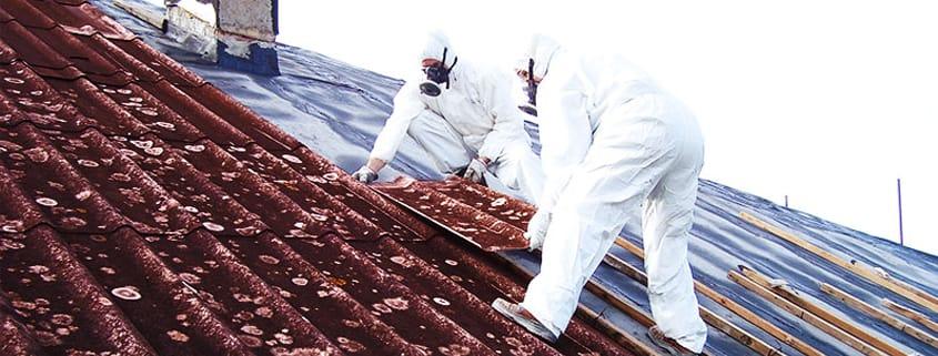 Tecnici al lavoro per rimuovere amianto