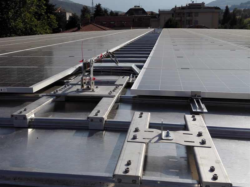 Impianto fotovoltaico e linea vita su lastre a giunto drenante a Parma