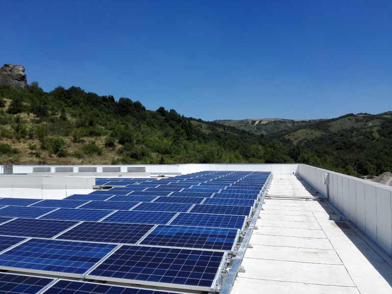 Impianto fotovoltaico su manto bituminoso ad alta riflettanza solare a Parma