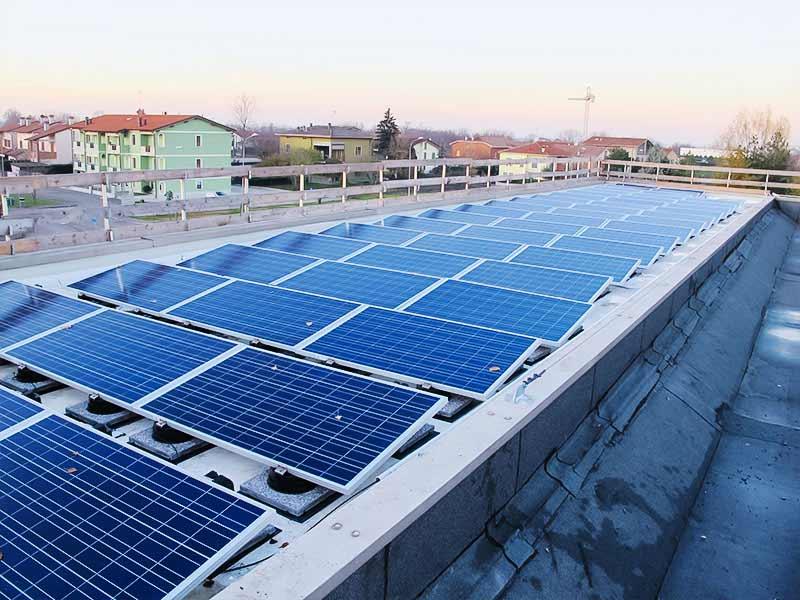 impianto fotovoltaico su copertura piana di edificio industriale