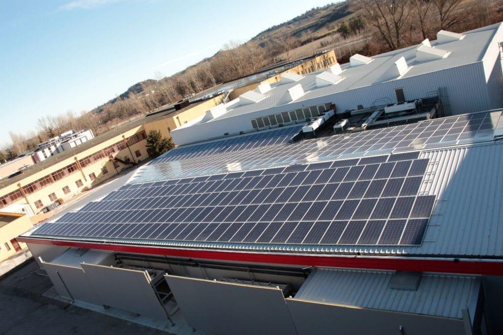 Visuale dall'alto su coperture e impianti fotovoltaici del prosciuttificio