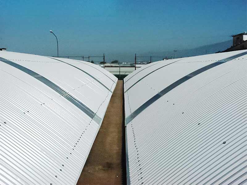 Nuova copertura in lamiera dopo rimozione e bonifica amianto